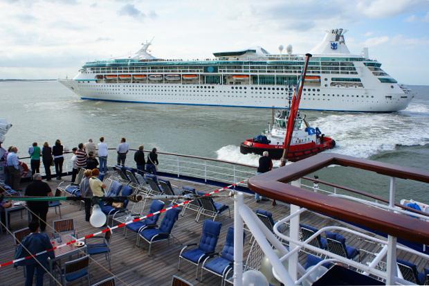 MS Astor Achterdeck mit Bremerhaven, Blick auf die Vision of the Seas  © Copyright by PANORAMO