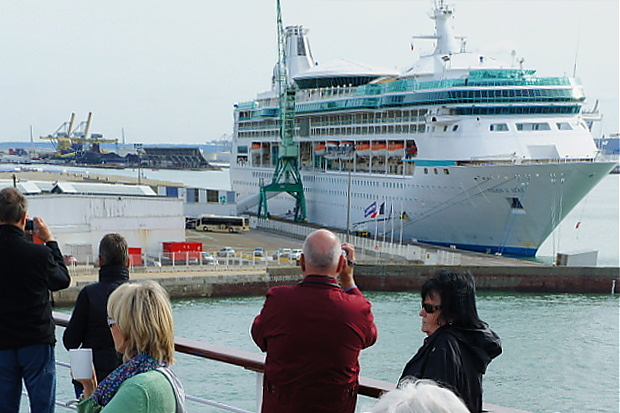 MS Astor Achterdeck, Le Havre, Blick auf die Vision of the Seas  © Copyright by PANORAMO