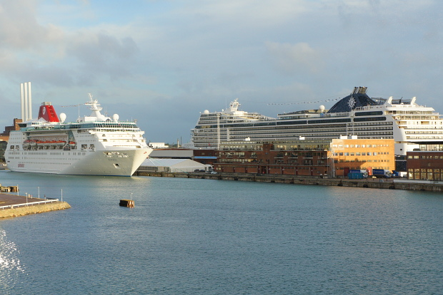 Kopenhagen, links EMPRESS, MSC MAGNIFICA © Copyright by PANORAMO