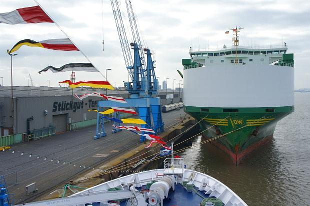 Blick von der MS Astor auf den Kai Bremerhaven © Copyright by PANORAMO