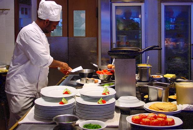 Vorbereitungen in der Küche vom Restaurant Alter Maierhof Glücksburg © Copyright by PANORAMO  BlogFL_3-030