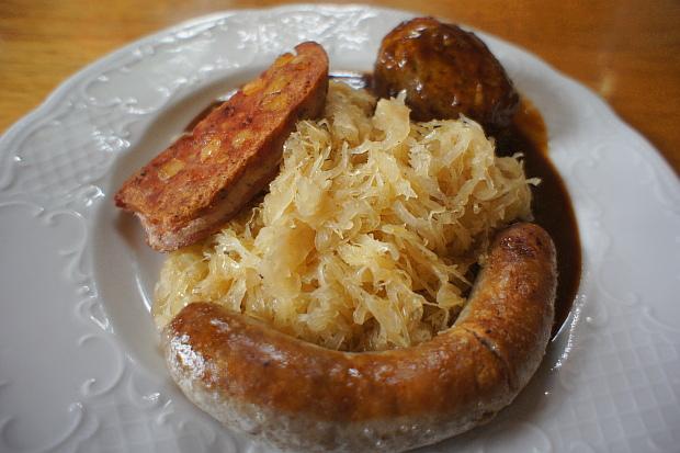 Saumagen mit Bratwurst, Leberknödel, Sauerkraut