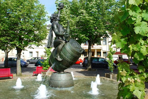 Bacchus-Brunnen auf der Mosel-Promenade vor dem Hotel Saint Nicolas in Remich