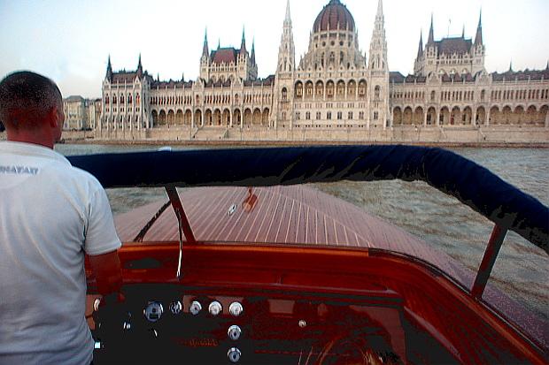 Skipper Gabor von Dunarama auf der Donau Budapest 2013 © Copyright by PANORAMO Bild lizensieren: briefe@panoramo.de