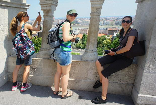 Martina, Angelika und Nicole verschaffen sich einen Überblick Budapest 2013 © Copyright by PANORAMO Bild lizensieren: briefe@panoramo.de