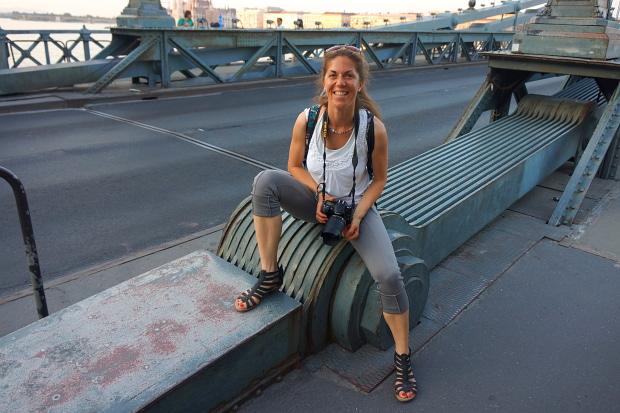 Martina auf der Kettenbrücke in Budapest 2013 © Copyright by PANORAMO Bild lizensieren: briefe@panoramo.de