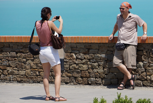 Hubert steht gern Modell für Nicole vor dem Grünblau des Plattensee's in Ungarn 2013 © Copyright by PANORAMO Bild lizensieren: briefe@panoramo.de