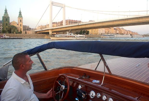 mit Skipper Gabor von Dunarama auf der Donau Budapest 2013 © Copyright by PANORAMO Bild lizensieren: briefe@panoramo.de