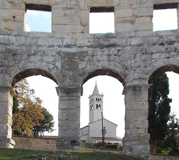 Zwei Welten: Amphitheater in Pula mit katholischer Kirche © Copyright Karl-Hugo Dierichs