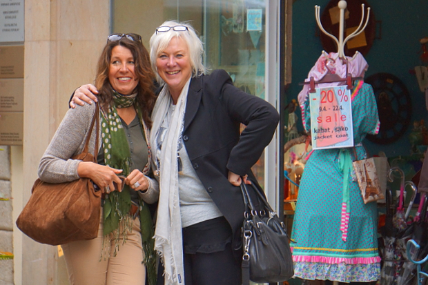 Tina & Sabine shoppen in Bratislava © Copyright by PANORAMO Bild lizensieren: briefe@panoramo.de