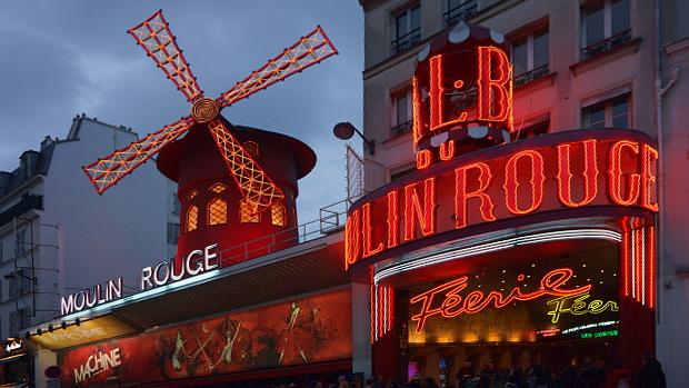 Moulin Rouge ist noch immer ein Touristenmagnet Paris für Liebhaber © Copyright by PANORAMO