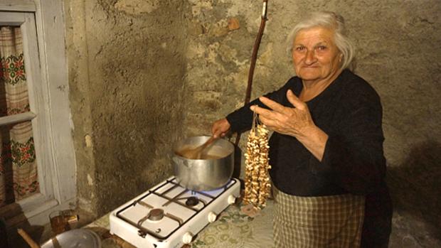 Großmutter verwöhnt die Familie mit Süßem - Georgien © Copyright by PANORAMO