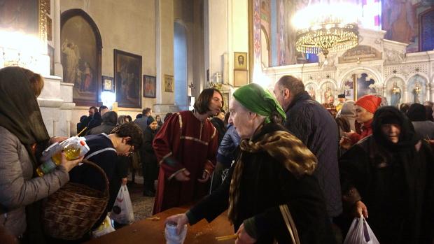 Lebensmittel werden im Gotteshaus gesegnet - Tbilisi © Copyright by PANORAMO.de