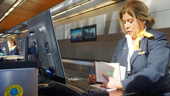 Diana am Check-in der Lufthansa im Ariport LA © Copyright by PANORAMO