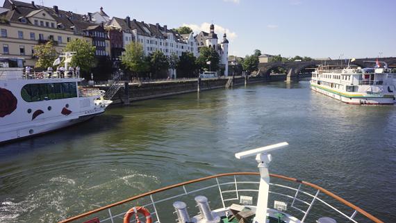 mit der Flora von A-Rosa auf dem Rhein Foto © Copyright Karl-Heinz Haenel