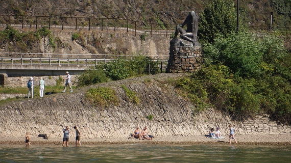 Figur der Loreley am Rhein Foto © Copyright Karl-Heinz Haenel