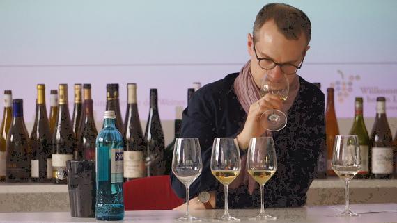 Manuel Bretschi referierte neben Ernst Büscher über Wein © Copyright Karl-Heinz Hänel