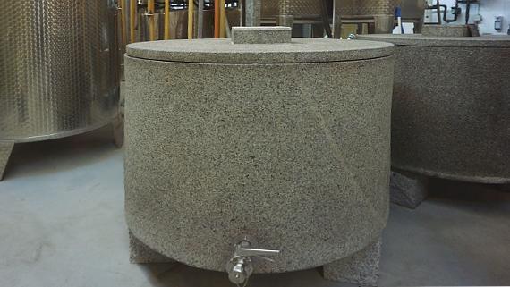 Granitbehälter, gesehen im Keller vom Weingut Poss © Copyright K.-H. Hänel