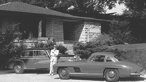 Frank Lloyd Wright vor Haus und Carpark Quelle und © Copyright http://jakescarworld.blog