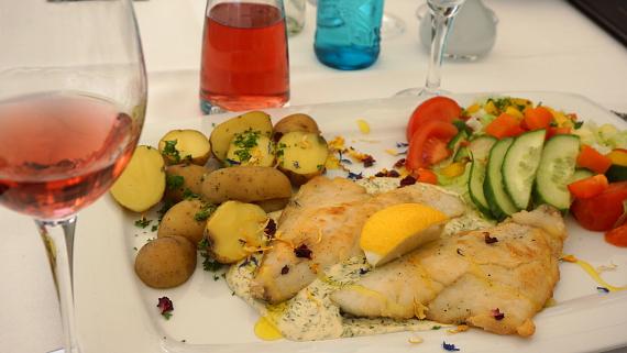 Pier5 Salat und Fisch Geiseltalsee Saale-Unstrut © Copyright Karl-Heinz Hänel