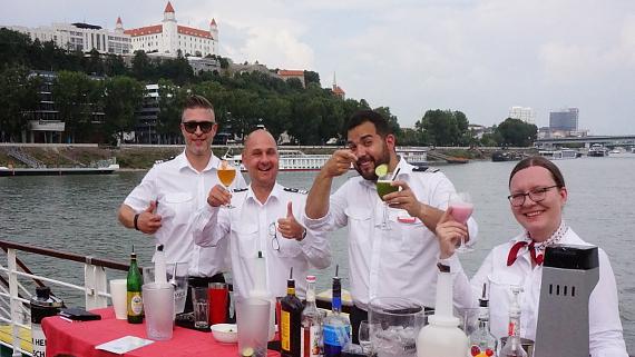 Cocktails auf dem Achterdeck nach dem Ablegen in Bratislava © Copyright Karl-Heinz Hänel